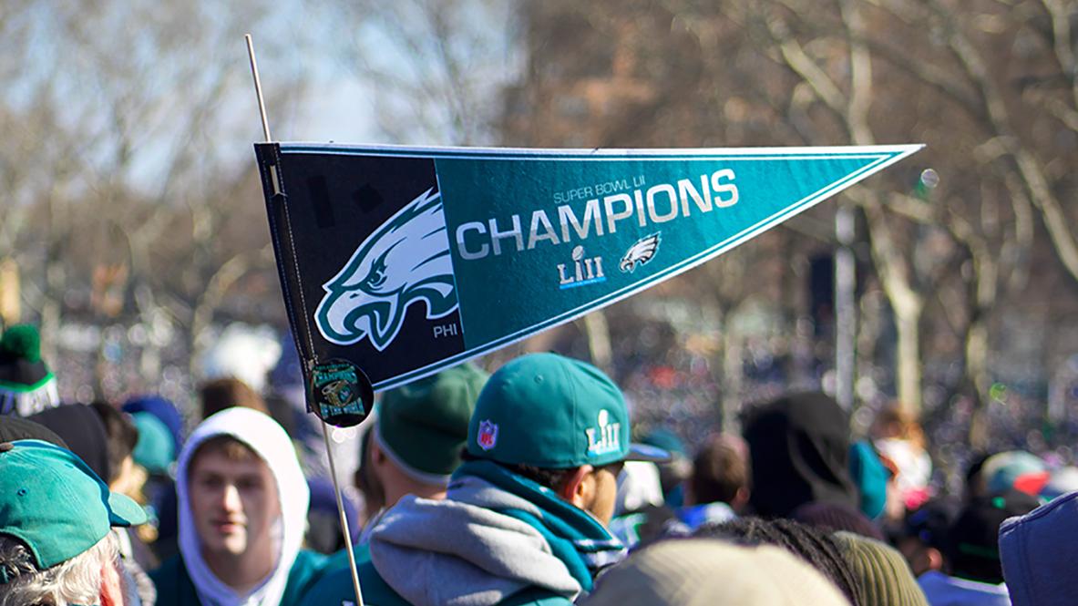 Zelfs de vlaggen van de Patriots fans hebben reclame